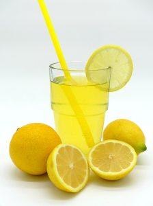 Sitruunan-6-faktaa-terveydelle-kertoo-sitruunan-terveyshyödyistä.-Sitruunasta-on-moneksi-terveytta-edistavaksi-sen-ravinteiden-vuoksi