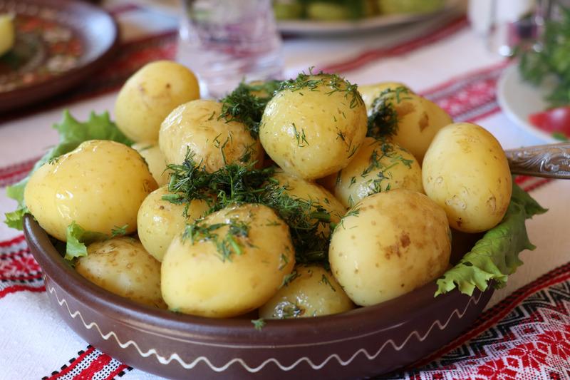 Peruna ravinnon tärkeänä osana vai ei. Uudet perunat ovat monen herkkusuun mieleen.
